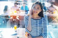 Портрет очаровательной девушки имея переговор на мобильном телефоне Стоковые Фото