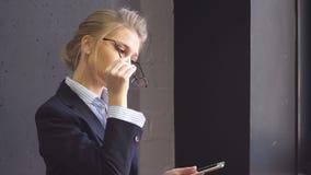 Портрет очаровательной молодой дамы дела в кофейне с планшетом в ее руках акции видеоматериалы