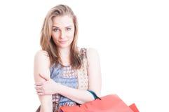 Портрет очаровательного покупателя при ослабленный представлять хозяйственных сумок Стоковые Изображения