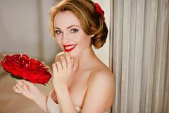 Портрет очаровательной блондинкы девушки с красивыми улыбкой и красным цветом Стоковые Изображения RF