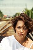 Портрет очаровательной девушки сидя на железнодорожном пути стоковые изображения rf