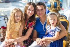Портрет очаровывая красивую семью из четырех человек в ресторане Стоковое Изображение