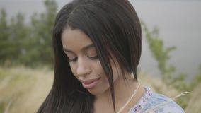 Портрет очаровывая уверенную беспечальную Афро-американскую девушку нося длинный наслаждаться платья моды лета Отдых и видеоматериал