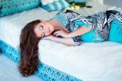 Портрет очень красивой беременной девушки с шикарным коричневым цветом h стоковые изображения rf