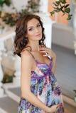 Портрет очень красивой беременной женщины брюнет в пурпуре внутри Стоковые Изображения