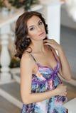 Портрет очень красивой беременной женщины брюнет в пурпуре внутри Стоковое Фото