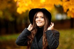Портрет очень красивой женщины в парке осени Стоковые Фото