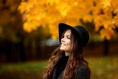 Портрет очень красивой женщины в парке осени Стоковое Изображение RF