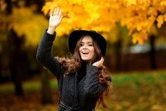 Портрет очень красивой женщины в парке осени Стоковое Изображение