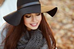 Портрет очень красивой молодой женщины брюнет с сияющим str стоковое изображение rf
