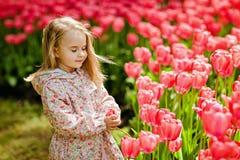 Портрет очень милые милые девушки белокурые в розовом плаще с Стоковые Фото