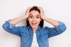 Портрет очень excited счастливой девушки держа ее голову в amazemen стоковые изображения rf