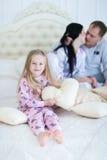 Портрет дочери обнимая и усмехаясь, hoiling подушка сердца влюбленности Стоковые Фотографии RF