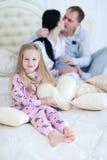 Портрет дочери обнимая и усмехаясь, hoiling подушка сердца влюбленности Стоковое Фото
