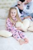 Портрет дочери обнимая и усмехаясь, hoiling подушка сердца влюбленности Стоковая Фотография RF
