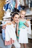 Портрет одеяния младенца женщины и девушки ходя по магазинам белого в ткани Стоковое фото RF