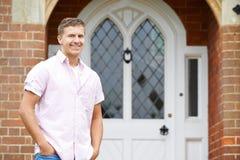 Портрет парадного входа человека стоящего внешнего дома стоковое фото