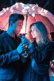 Портрет парня и девушки под зонтиком Стоковое Фото
