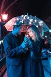 Портрет парня и девушки под зонтиком Стоковые Изображения RF
