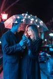 Портрет парня и девушки под зонтиком Стоковое фото RF