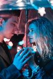 Портрет парня и девушки под зонтиком Стоковые Изображения