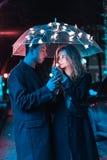 Портрет парня и девушки под зонтиком Стоковое Изображение RF