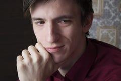 Портрет парня, кулака подпирая его щеку Стоковое Изображение RF