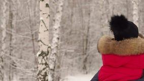 Портрет пары в влюбленности в лесе зимы акции видеоматериалы