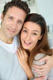 Портрет пар в влюбленности стоя совместно Стоковые Фото