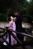 Портрет пар - девушки гейши в нежном розовом кимоно и кавказском человеке Стоковое Фото