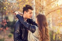 Портрет пар женщины человека целуя солнечный Стоковое фото RF