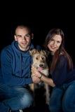 Портрет пар и их милой собаки Стоковые Изображения RF