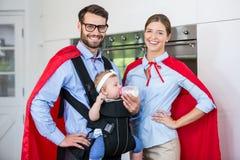 Портрет пар костюмирует подавая молоко к дочери дома Стоковое Фото