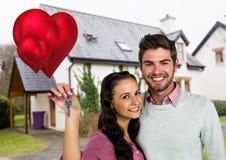 Портрет пар показывая новый домашний ключ Стоковая Фотография