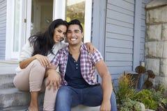 Портрет пар сидя на шагах вне дома Стоковое Изображение