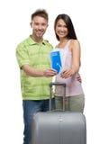 Портрет пар с чемоданом и билетами Стоковая Фотография RF