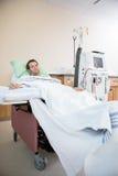 Портрет пациента получая ренальный диализ Стоковые Фотографии RF