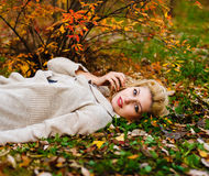 Портрет падение девушки в древесину Стоковое Изображение RF