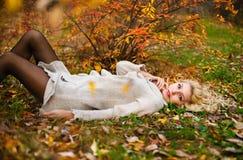 Портрет падение девушки в древесину Стоковая Фотография RF