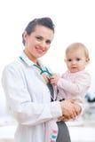 портрет педиатра доктора младенца Стоковое фото RF