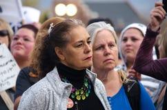Портрет персоны слушая на протесте козыря стоковое фото