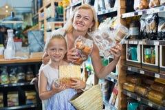 Портрет печений женщины и девушки радостно ходя по магазинам стоковое изображение rf
