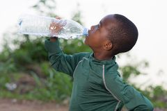 Портрет питьевой воды мальчика стоковое изображение rf