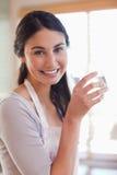 Портрет питьевой воды молодой женщины Стоковое Изображение
