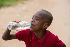 Портрет питьевой воды ребенка стоковые изображения rf