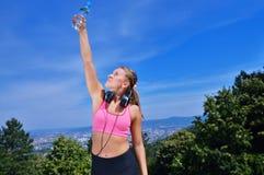 Портрет питьевой воды молодой женщины после Jogging Стоковая Фотография