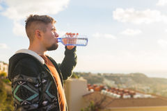 Портрет питьевой воды человека от бутылки снаружи Стоковые Изображения