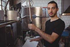 Портрет плиты кельнера моя в кухне Стоковое Фото