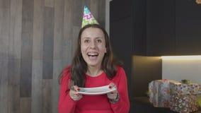 Портрет плиты удерживания женщины для куска пирога видеоматериал