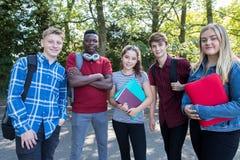 Портрет подростковых студентов вне школьного здания стоковые фото